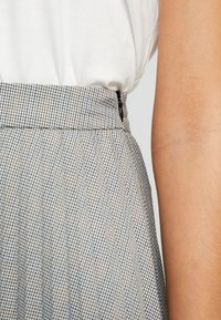 Vero Moda - VMELEANOR CALF SKIRT - Plisovaná sukně - coffee bean - 4
