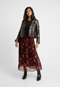 Vero Moda - VMFALLIE PLEATED SKIRT - Plisovaná sukně - port royale - 1