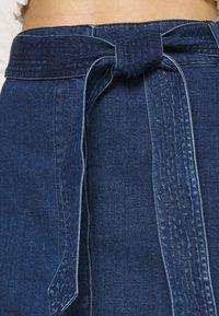 Vero Moda - VMKAT DETAIL WRAP SKIRT - Jupe crayon - medium blue denim - 4