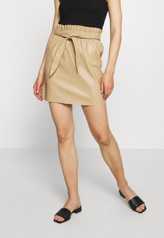 VMAWARDBELT SHORT COATED SKIRT - Spódnica trapezowa - beige