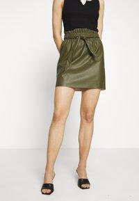 Vero Moda - VMAWARDBELT SHORT COATED SKIRT - Falda acampanada - ivy green - 0