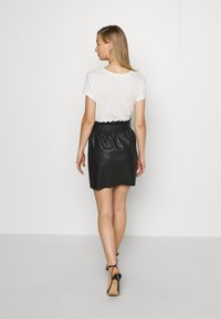 Vero Moda - VMAWARDBELT SHORT COATED SKIRT - A-linjainen hame - black - 2
