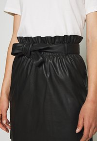 Vero Moda - VMAWARDBELT SHORT COATED SKIRT - A-linjainen hame - black - 4