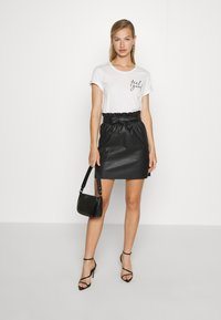 Vero Moda - VMAWARDBELT SHORT COATED SKIRT - A-linjainen hame - black - 1