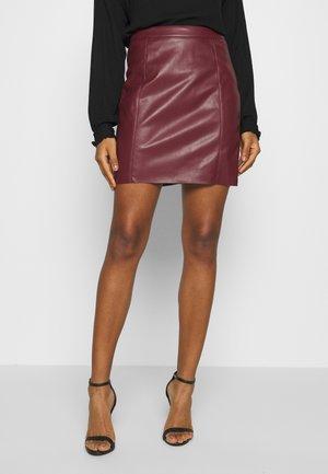 VMNORARIO SHORT COATED SKIRT - Mini skirt - cabernet