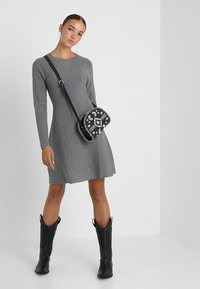 Vero Moda - VMNANCY DRESS - Neulemekko - medium grey melange - 2