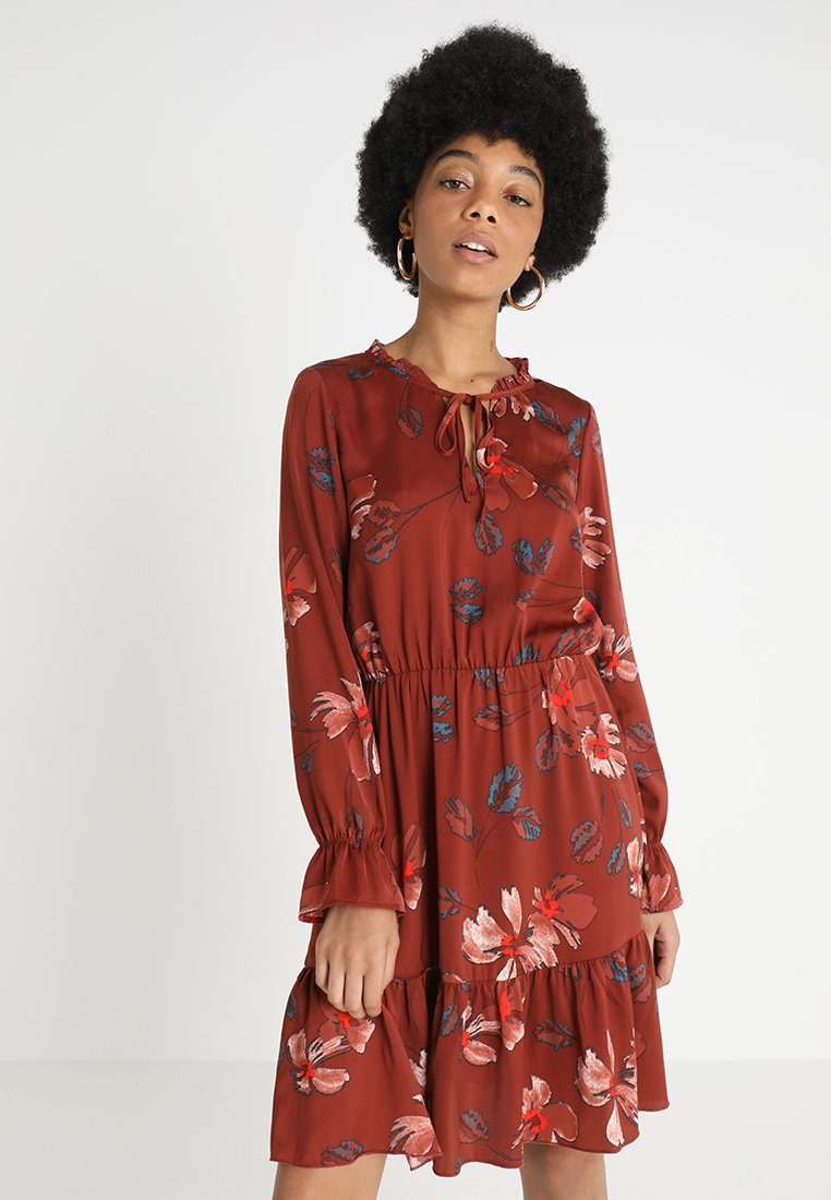 Vero Moda - VMISLA ALBA DRESS - Freizeitkleid - henna/jenna