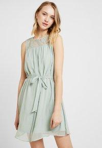 Vero Moda - VMALIA DRESS - Koktejlové šaty/ šaty na párty - light green - 0