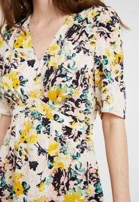 Vero Moda - VMMIAMI SHORT DRESS - Vardagsklänning - pristine/miami - 4