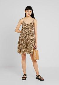 Vero Moda - VMLEA SHORT DRESS - Blousejurk - light brown - 1