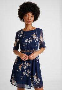 Vero Moda - VMCARINA BELT SHORT DRESS - Kjole - black iris/gabby - 0