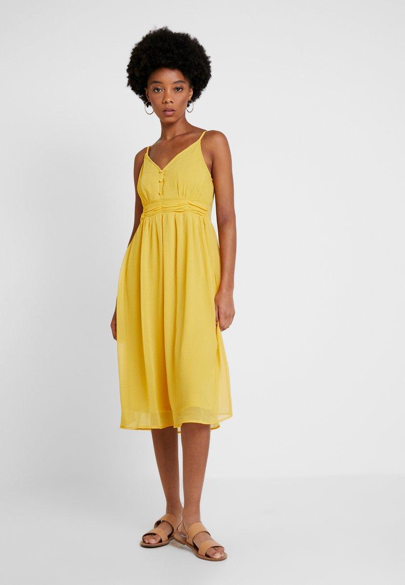 Vero Moda - VMMARLYN SINGLET DRESS - Cocktailkleid/festliches Kleid - spicy mustard