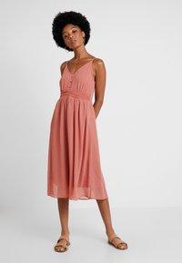 Vero Moda - VMMARLYN SINGLET DRESS - Koktejlové šaty/ šaty na párty - brick dust - 0