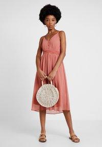 Vero Moda - VMMARLYN SINGLET DRESS - Koktejlové šaty/ šaty na párty - brick dust - 2