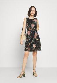 Vero Moda - VMSUNILLA SHORT DRESS - Denní šaty - black - 1
