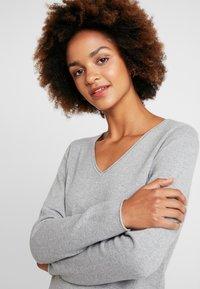 Vero Moda - VMDIANE V-NECK DRESS - Abito in maglia - light grey melange - 4