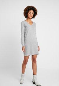 Vero Moda - VMDIANE V-NECK DRESS - Abito in maglia - light grey melange - 0