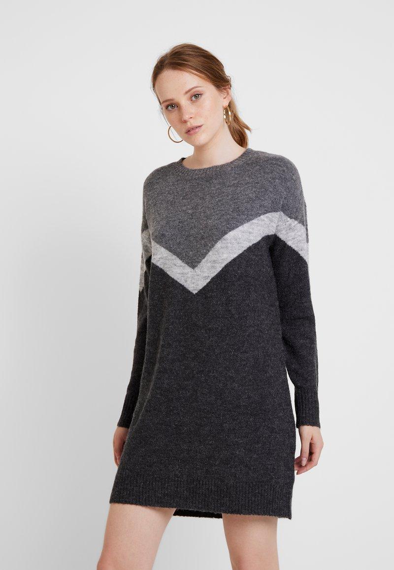 Vero Moda - VMLUNA GINGER BLOCK O-NECK DRESS - Pletené šaty - dark grey melange