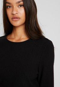 Vero Moda - VMCIRKEL O NECK DRESS - Pouzdrové šaty - black - 4