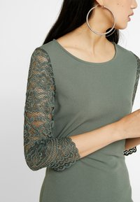Vero Moda - VMCLARA 3/4 SHORT DRESS - Pouzdrové šaty - laurel wreath - 5