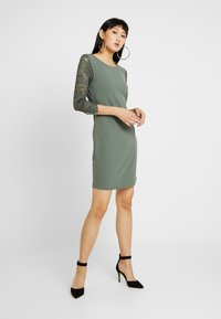 Vero Moda - VMCLARA 3/4 SHORT DRESS - Pouzdrové šaty - laurel wreath - 2