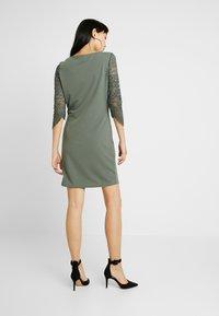Vero Moda - VMCLARA 3/4 SHORT DRESS - Pouzdrové šaty - laurel wreath - 3