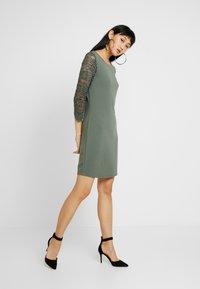 Vero Moda - VMCLARA 3/4 SHORT DRESS - Pouzdrové šaty - laurel wreath - 0