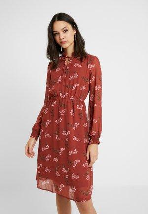 VMROSSY SMOCK DRESS - Denní šaty - mahogany