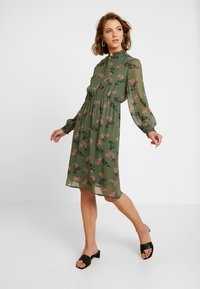 Vero Moda - VMROSSY SMOCK DRESS - Vapaa-ajan mekko - laurel wreath/nellie - 0