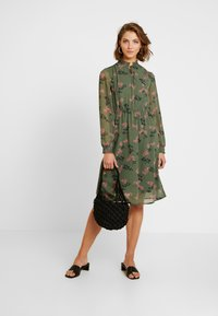 Vero Moda - VMROSSY SMOCK DRESS - Vapaa-ajan mekko - laurel wreath/nellie - 2