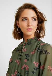 Vero Moda - VMROSSY SMOCK DRESS - Vapaa-ajan mekko - laurel wreath/nellie - 4