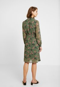 Vero Moda - VMROSSY SMOCK DRESS - Vapaa-ajan mekko - laurel wreath/nellie - 3