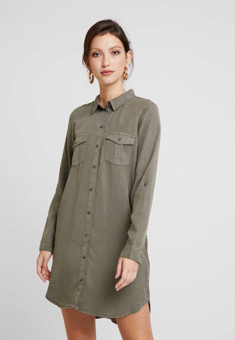 Vero Moda - VMSILLA SHIRT DRESS - Blusenkleid - kalamata