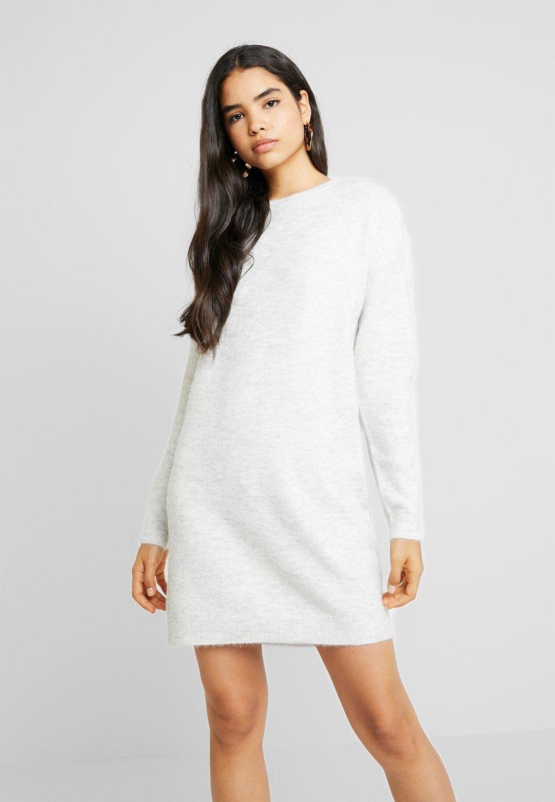 Vero Moda - VMBLAKELY IVA O NECK ZIPPER - Pletené šaty - light grey/snow