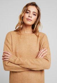 Vero Moda - VMBLAKELY IVA O NECK ZIPPER - Strikket kjole - tobacco brown/melange - 4