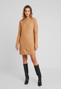 Vero Moda - VMBLAKELY IVA O NECK ZIPPER - Strikket kjole - tobacco brown/melange - 0
