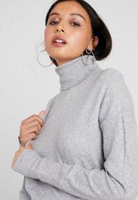 Vero Moda - VMBRILLIANT ROLLNECK DRESS - Neulemekko - light grey melange - 4