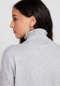 Vero Moda - VMBRILLIANT ROLLNECK DRESS - Neulemekko - light grey melange - 6