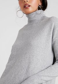 Vero Moda - VMBRILLIANT ROLLNECK DRESS - Vestido de punto - light grey melange - 5