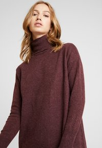 Vero Moda - VMBRILLIANT ROLLNECK DRESS - Pletené šaty - port royale - 5