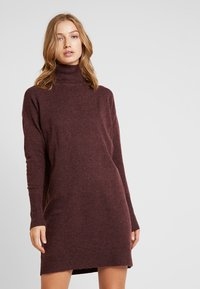 Vero Moda - VMBRILLIANT ROLLNECK DRESS - Pletené šaty - port royale - 0
