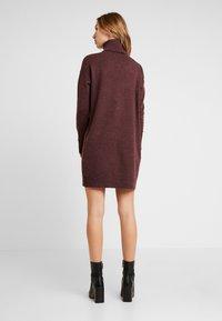 Vero Moda - VMBRILLIANT ROLLNECK DRESS - Pletené šaty - port royale - 3