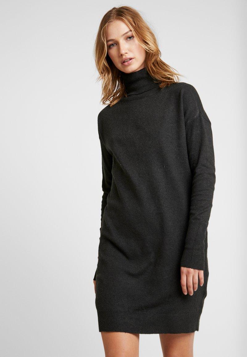 Vero Moda - VMBRILLIANT ROLLNECK DRESS - Strikkjoler - peat
