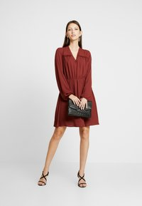 Vero Moda - VMALLINA SHORT DRESS - Robe d'été - madder brown - 2