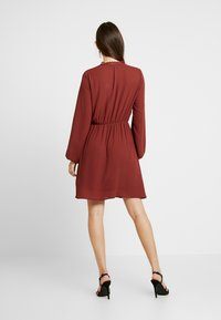 Vero Moda - VMALLINA SHORT DRESS - Robe d'été - madder brown - 3