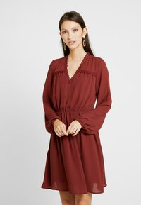 Vero Moda - VMALLINA SHORT DRESS - Robe d'été - madder brown - 0
