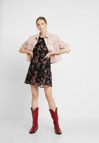 Vero Moda - VMMALLIE BELT SHORT DRESS - Denní šaty - black/mallie - 2