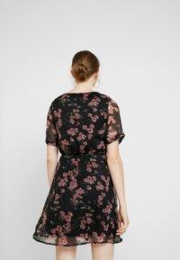 Vero Moda - VMMALLIE BELT SHORT DRESS - Denní šaty - black/mallie - 3