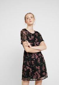 Vero Moda - VMMALLIE BELT SHORT DRESS - Denní šaty - black/mallie - 0