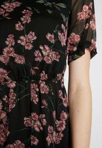 Vero Moda - VMMALLIE BELT SHORT DRESS - Denní šaty - black/mallie - 6